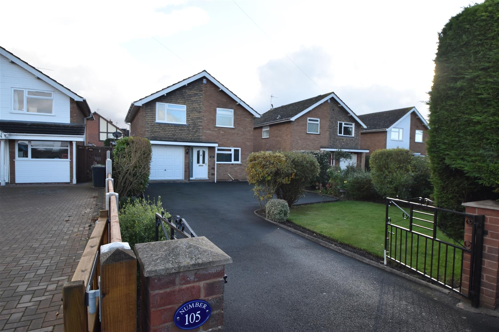 3 Bedrooms Detached House for sale in Droitwich Road, Fernhill Heath, Worcester